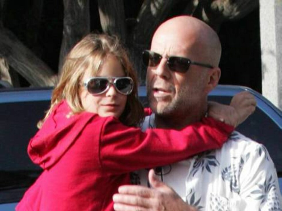 Bruce Willis carrying daughter Tallulah, 10, in Malibu. Father and daughter went on a shopping spree in the trendy stores of Malibu. x17 / ALL OVER PRESS Foto: All Over Press