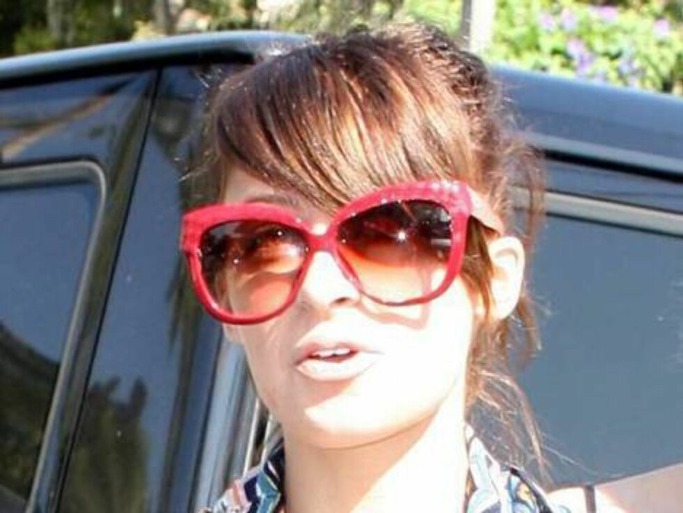 Nicole Richie with red glasses at Coffee Bean in Hollywood nov 8, 2006 X17agency exclusive Foto: All Over Press