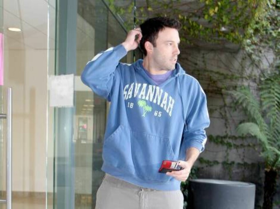 Ben Affleck scratching his head because he was locked out  from his office sunday morning nov 12, 2006 X17agency EXCLUSIVE Foto: All Over Press