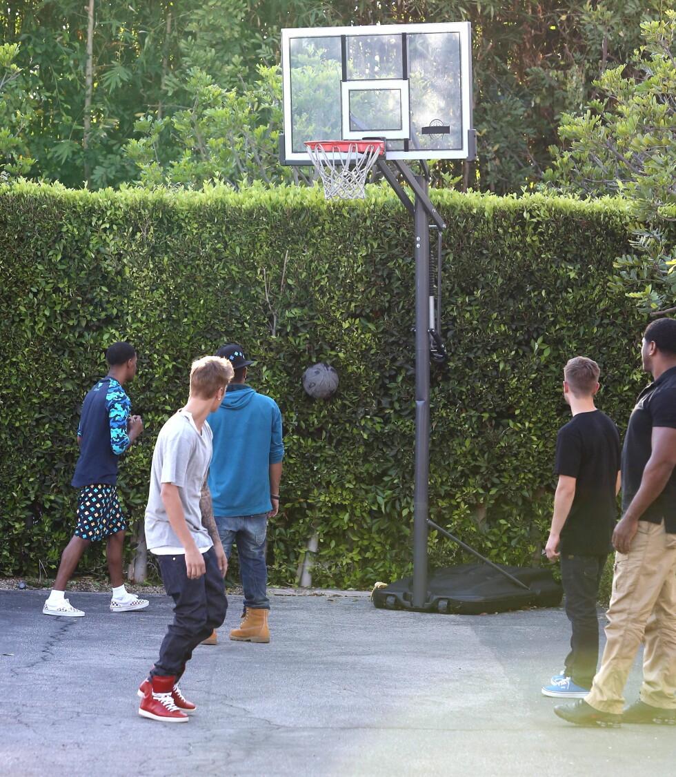 BOM: Bom på bom på bom... Bieber fikk ikke vist seg fra sin beste side på basketballbanen. Foto: All Over Press