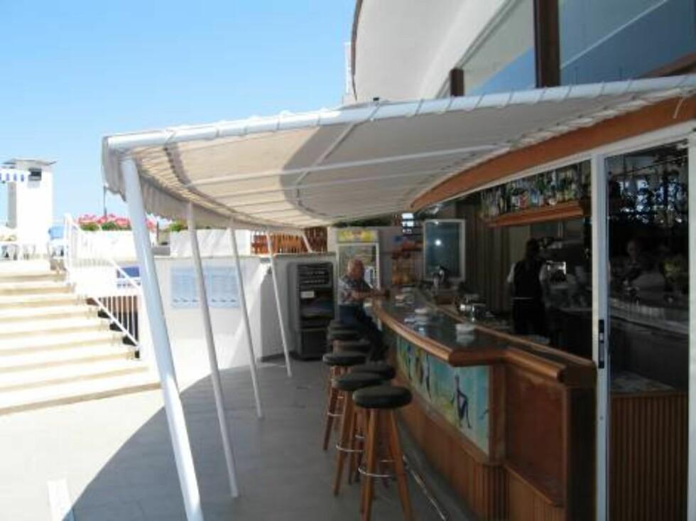 FORFRISKENDE: Den store hotellbaren har servering både ut mot bassengområde og inn mot resepsjonen. Foto: Per Tandberg