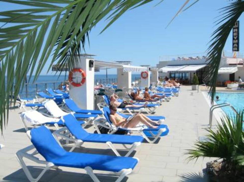 TAKBASSENG: Hotellets store basseng og boblebad har både mye sol og flott utsikt. Foto: Per Tandberg