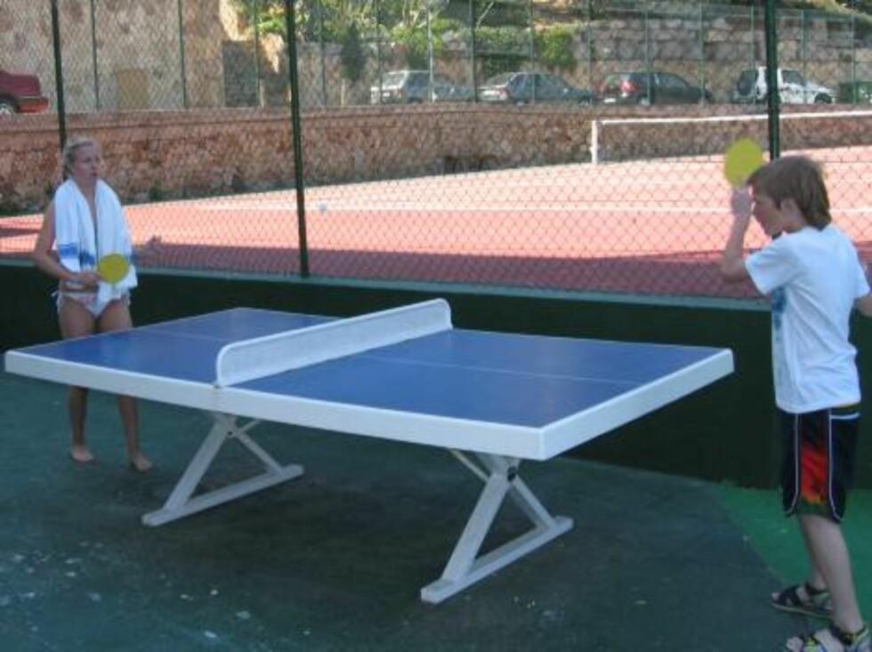 LEK OG SPILL: Bak hotellet er det tennisbane og bordtennisbord.  Foto: Per Tandberg