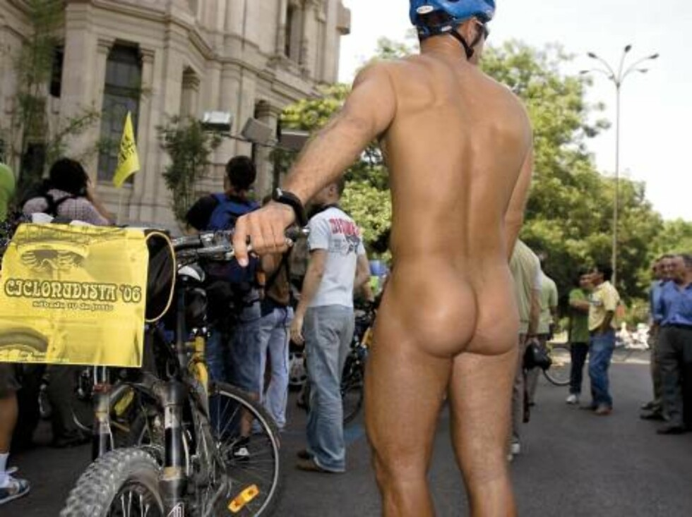"""SPAIN (Madrid) 06/2006.  Third naked-bike race:   The first time that we could see a group of naked people riding bike in a big city was in 2001 in Zaragoza as a protest of ecological groups and cyclists in support to the allegations made by """"ecologistas Foto: Stella Pictures"""