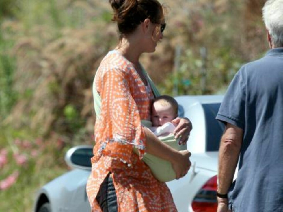 Brooke Shields walking baby Grier in a sling, taking the kids to the beach in Malibu September 3, 2006 X17agency exclusive Foto: All Over Presse