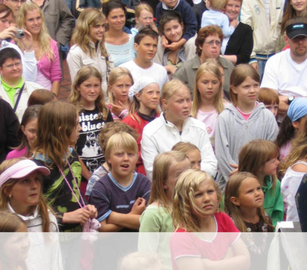 Forventnings fullt publikum på Kleppestø Senteret. Foto: Unni Eiklid