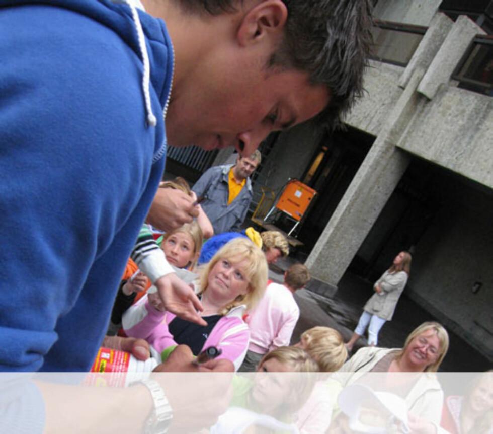 Nils Ingar skriver autografer i Ålesund Foto: Unni Eiklid