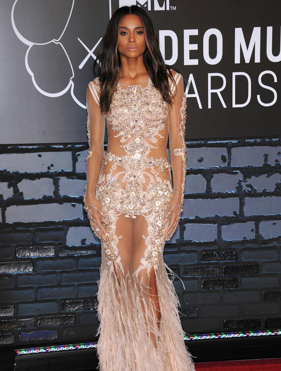 MTV MUSIC VIDEO AWARDS 2013: Artisten Ciara fikk lange blikk i sin sexy Givenchy-kreasjon. Foto: Lisa OConnor / Splash News/ All Over Press