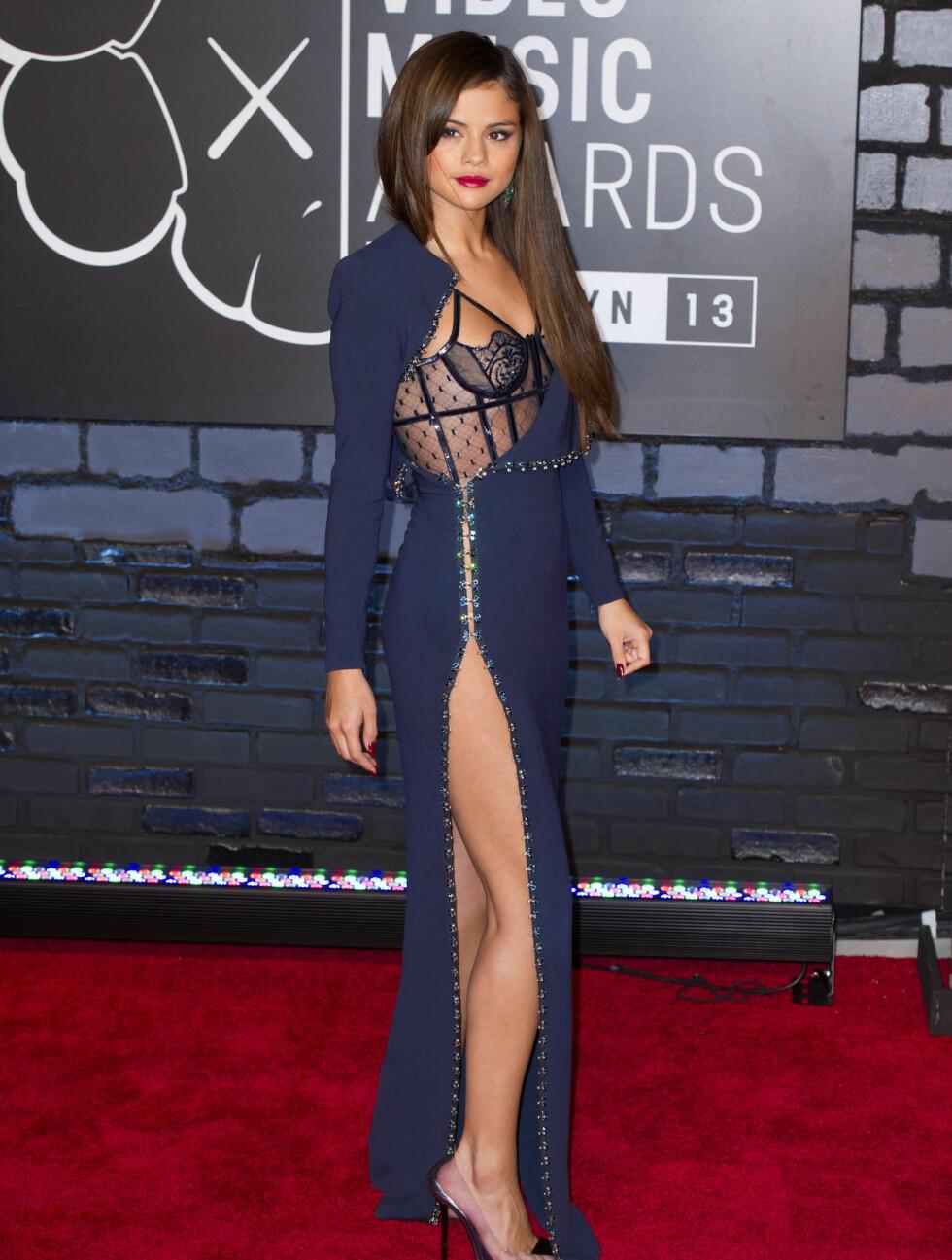 MTV MUSIC VIDEO AWARDS 2013: Popstjernen Selena Gomez var lekker i kjole med høy splitt og innebygd korsett fra Atelier Versace. Foto: Ron Asadorian / Splash News/ All Over Press