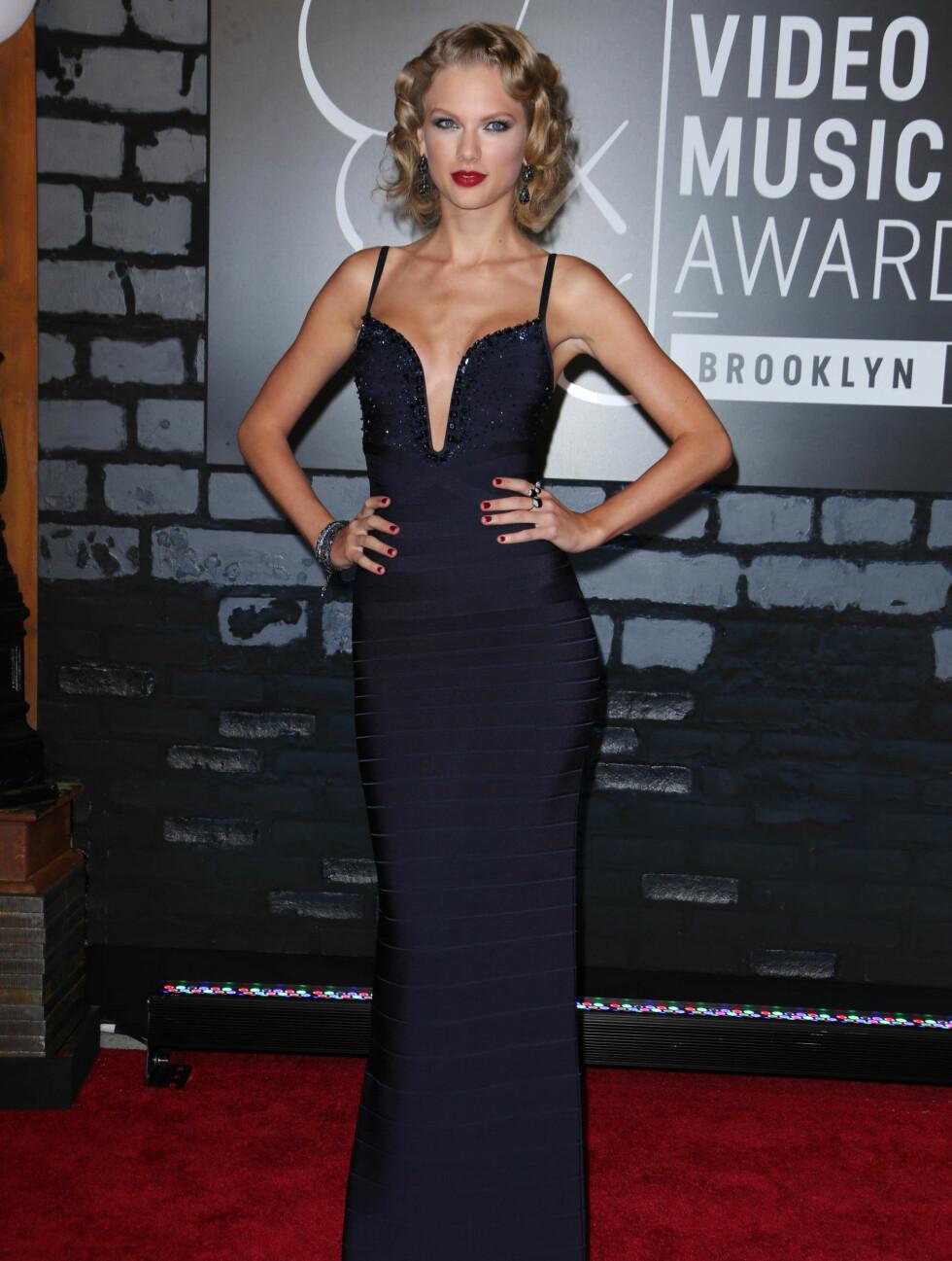 MTV MUSIC VIDEO AWARDS 2013: Countrystjernen Taylor Swift strålte i en tettsitteden marineblå kjole. Foto: REX/All Over Press