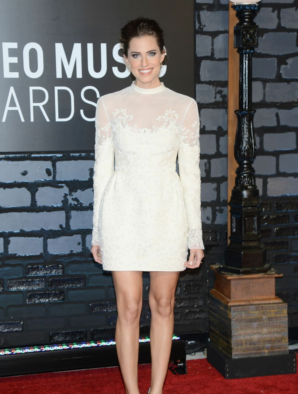 "MTV MUSIC VIDEO AWARDS 2013: ""Girls""-stjernen Allison Williams valgte en lårkort hvit kjole med blondedetaljer. Foto: REX/Henry Lamb/Photowire/BEI/All Over Press"