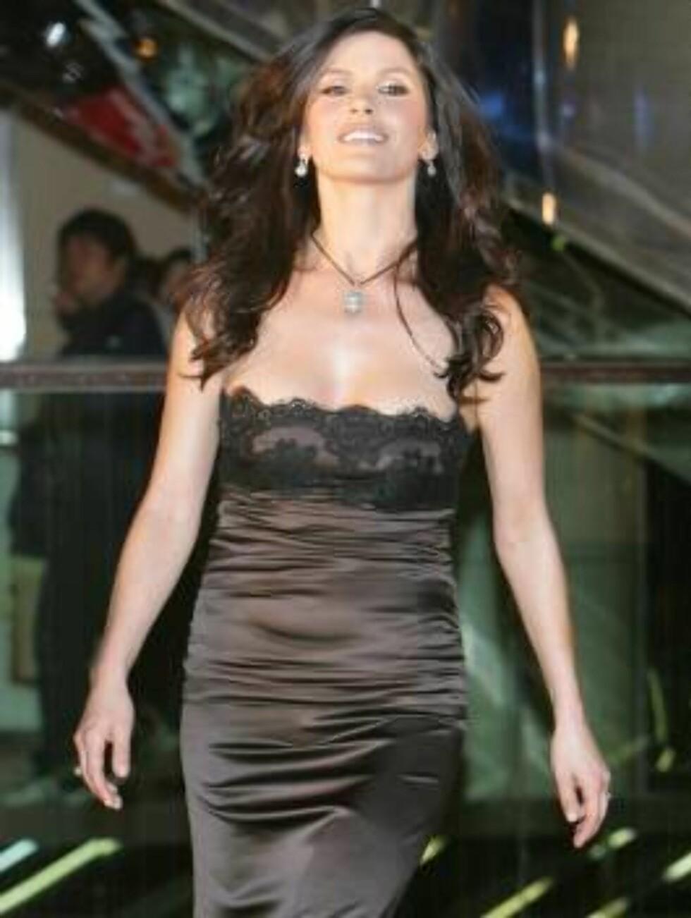 "British actress Catherine Zeta-Jones arrives for the Japan Premiere of her latest film ""The Legend of Zorro"" in Tokyo Tuesday, Jan. 17, 2006. (AP Photo/Shizuo Kambayashi) Foto: AP"