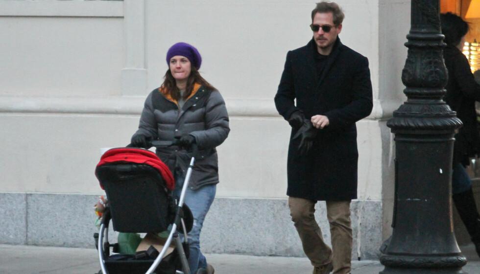 <strong>FORELDRE:</strong> Drew Barrymore og ektemannen Will Kopelman på trilletur med deres første barn - lille Olive som i dag er 10 måneder.  Foto: Stella Pictures