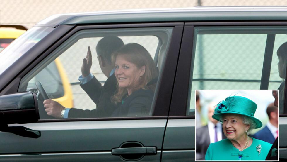 <strong>FAMILIEGJENFORENING:</strong> En smilende Sarah Ferguson ble hentet i bil på flyplassen i Skottland. Så ble hun kjørt til sin tidligere svigermor, dronning Elizabeth, på slottet Balmoral. I baksetet satt døtrene Beatrice og Eugenie.  Foto: All Over Press