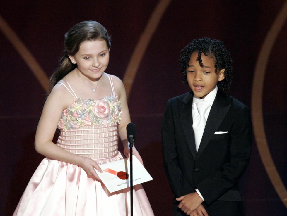 SUKKERSØTT: Under Oscar-utdelingen i 2007 var Abigail iført en lyserosa prinsessekjole med blomsterdekor. Her med Jaden Smith.  Foto: All Over Press