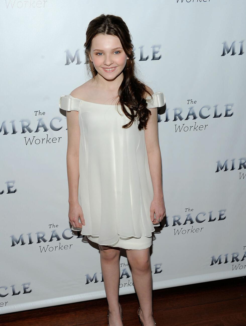 USKYLDSHVITT: Breslin hadde mørkt hår da hun dro på filmpremiere i 2010 i en florlett minikjole i hvit chiffon.  Foto: All Over Press