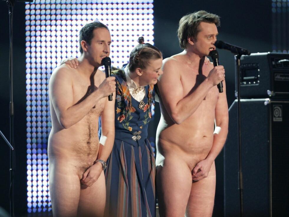 GIR ALT: Artist Ida Maria flankert av de nakne programlederne Thomas Numme (t.h.) og Harald Rønneberg under utdelingen av Spellemannprisen 2008 i Oslo Spektrum i 2009. Foto: NTB scanpix