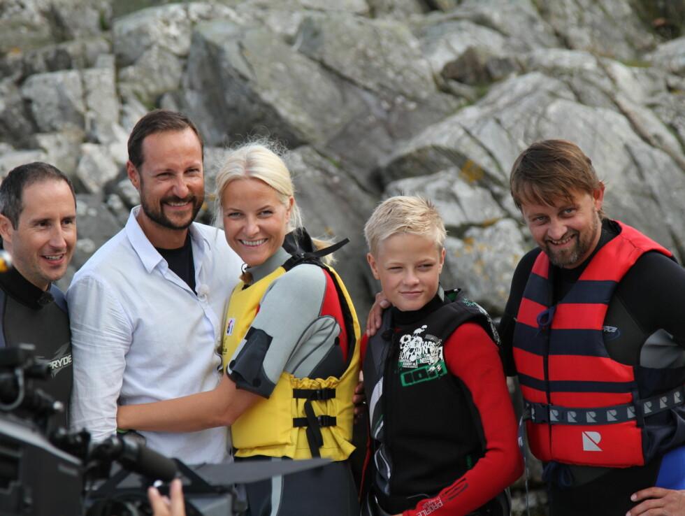 ROJALE VENNER: Thomas og Harald med kronprinsparet og Marius under et portrettintervju i forbindelse med Haakon og Mette-Marits tiårs bryllupsjubileum i 2011. Foto: TV2