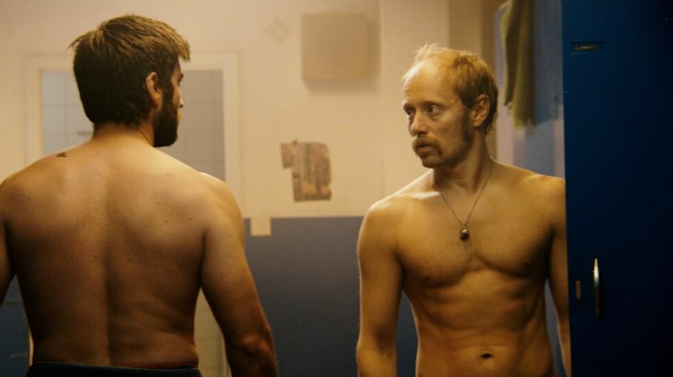 POPULÆR: Aksel Hennie ble kåret til en av årets menn av motebladet Costume som publiserer et bilde av en svært veltrent og halvt avkledd Hennie. Her viser han muskler i filmen «Pioner».  Foto: Friland AS