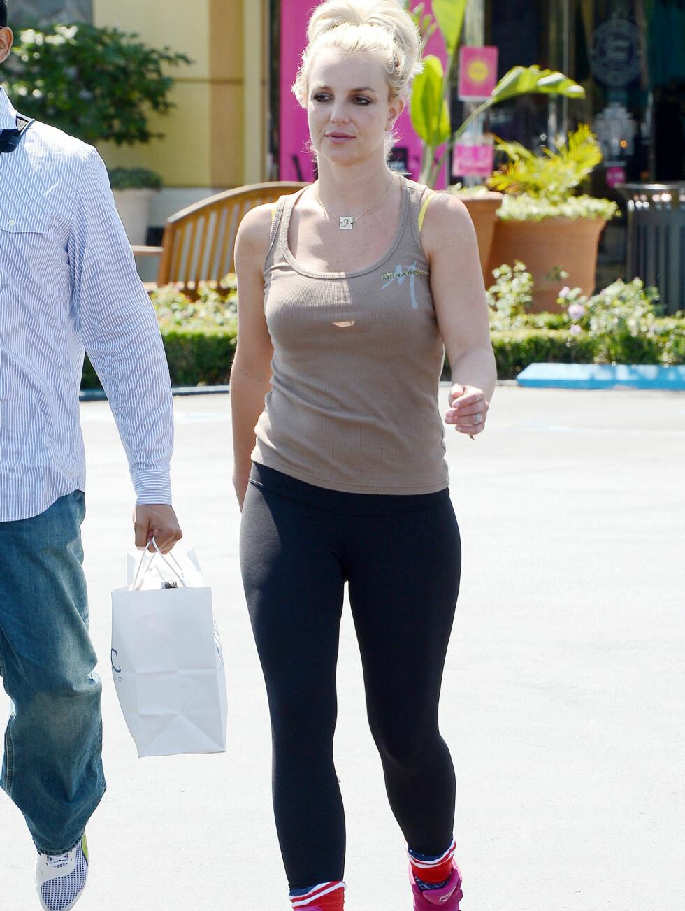 KROPPSNÆRT: Tights er ikke bukser, men popstjernen bruker dem likevel med en enkel singlet.  Foto: All Over Press