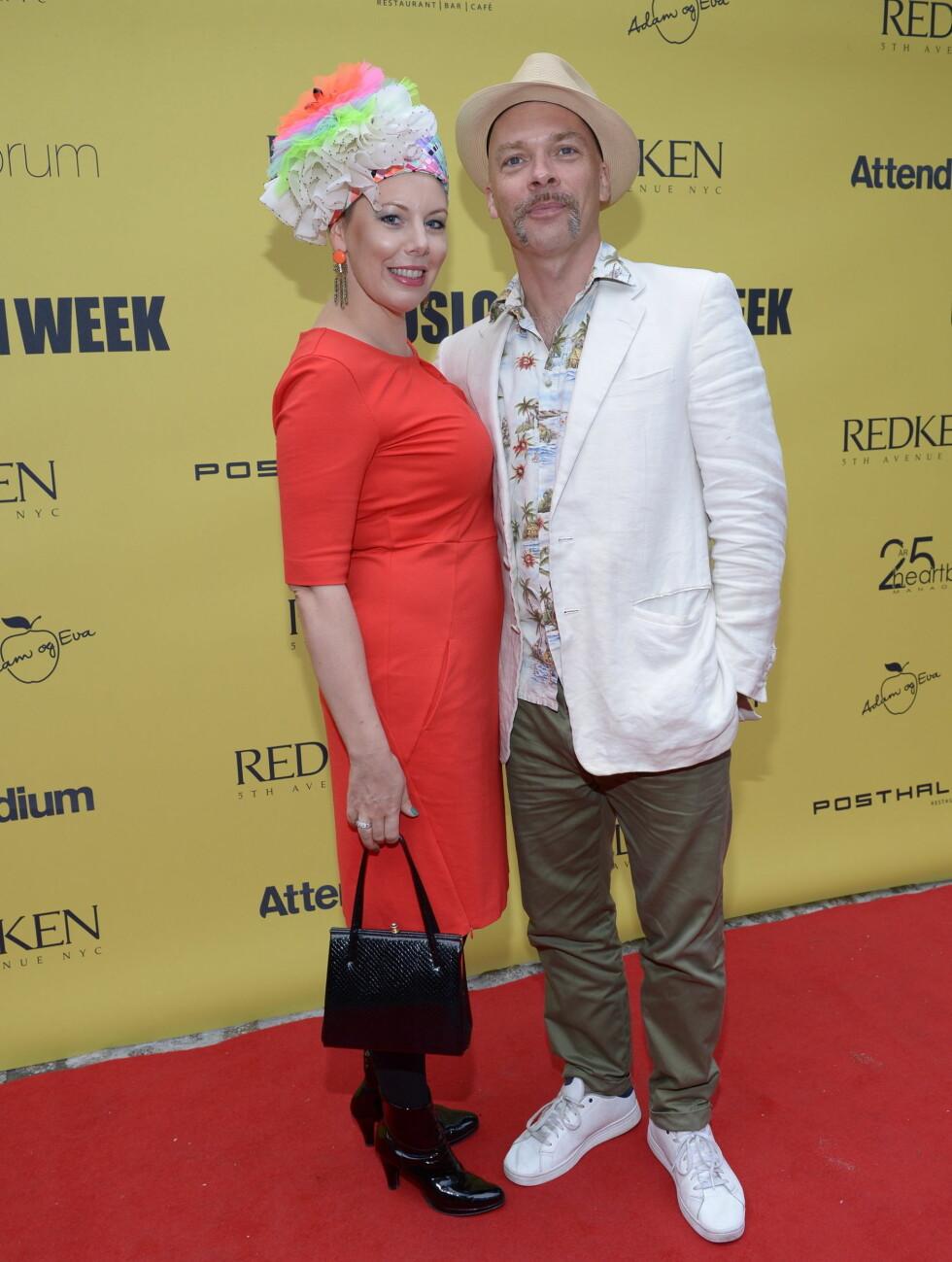 FARGERIK: Anbjørg Sætre Håtun og ektemannen Jon Andreas«Jono El Grande» i sommerlig antrekk på Oslo Fashion Week. Foto: Stella Pictures