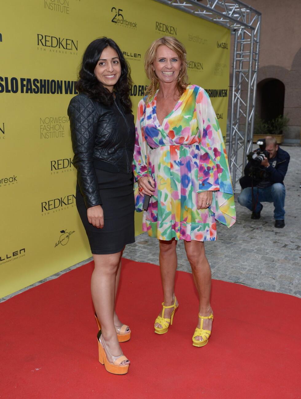 PÅ MOTEFEST: Kulturminister Hadia Tajik og Se og Hørs sjefsredaktør Ellen Arnstad hadde funnet frem de fargerike hælene for mandagens moteevent under Oslo Fashion Week. Foto: Stella Pictures