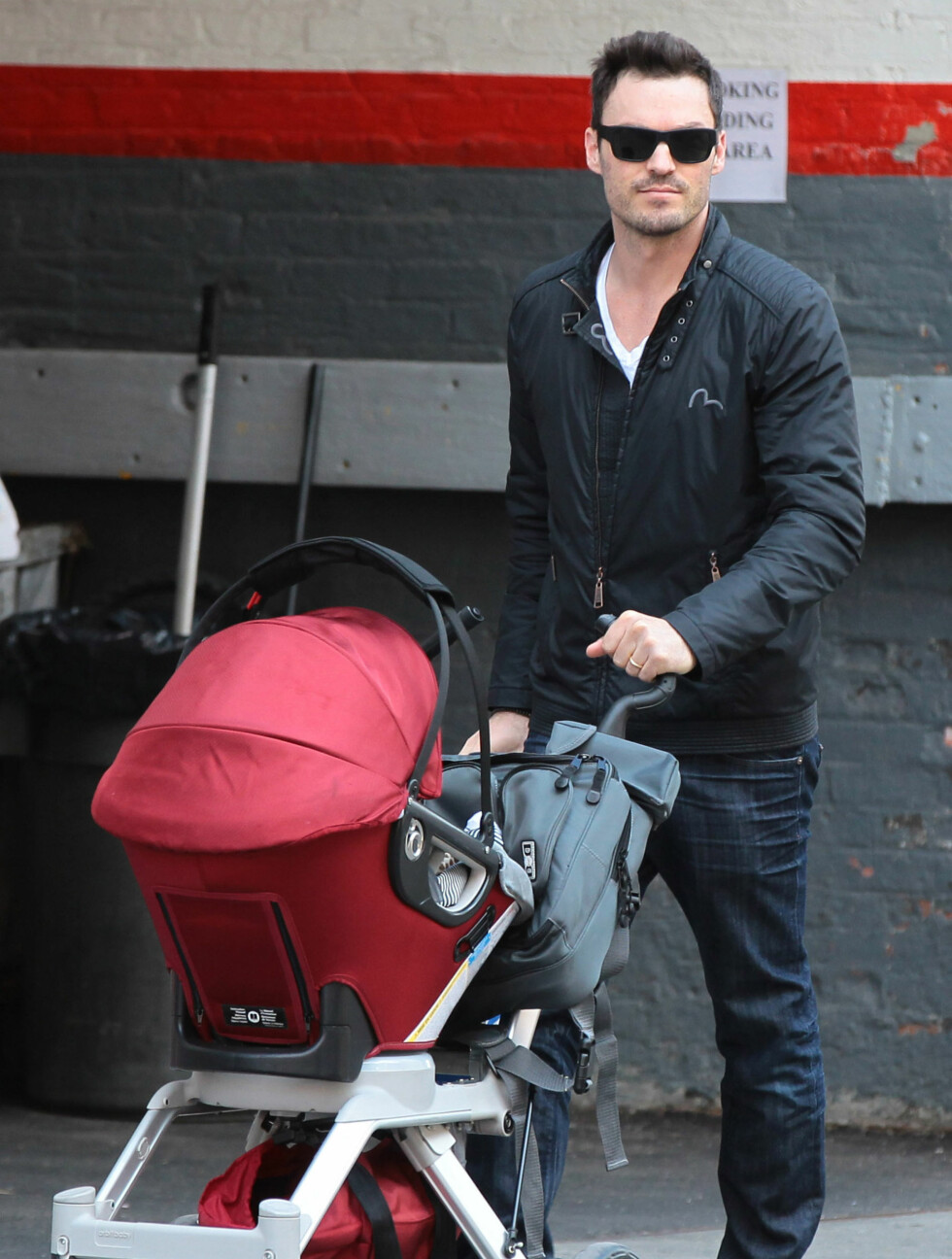 51052602 Last Stop actor Brian Austin Green out for a stroll with his son Noah in New York City, New York on March 29, 2013.  COPYRIGHT FAMEFLYNET Foto: FameFlynet