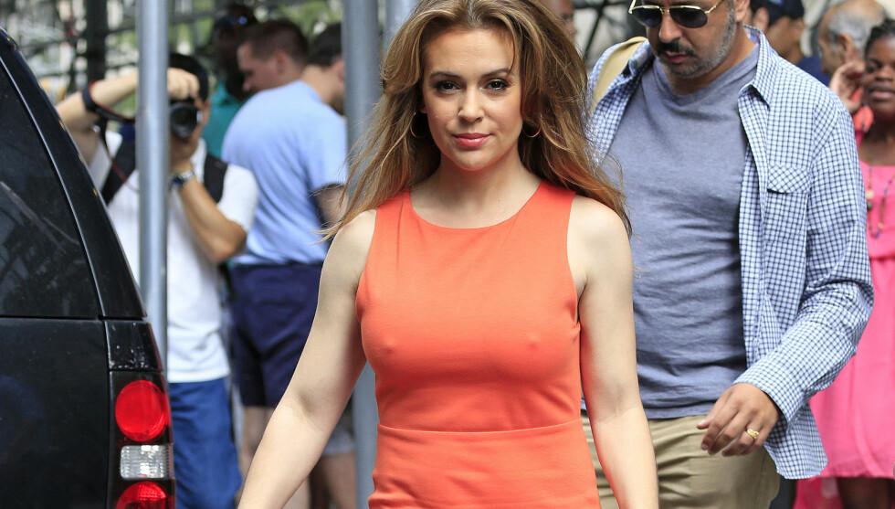 VÅGAL: Daily Mail mener at Alyssa Milano gjorde et modig valg da hun droppet BH'en under designerkjolen før et TV-intervju på mandag. Skuespilleren vakte oppsikt med sitt flotte frontparti på gaten utenfor TV-studio i New York.  Foto: All Over Press
