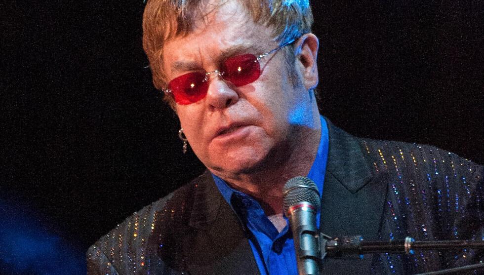 MÅ AVLYSE: På grunn av en omfattende blindtarmbetennelse som krever både medisinering og kirurgi, må Elton John utsette konsertene i sin sommerturné. Her er poplegenden avbildet under en opptreden på Carnegie Hall Medal Of Excellence Gala i New York Foto: All Over Press