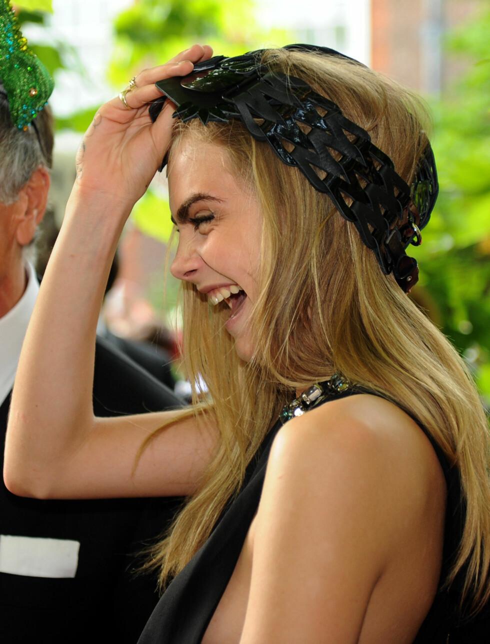 VILL OG VAKKER: 20 år gamle Cara er kjent for sin noe løsslupne oppførsel og vennskapet med r&b-stjernen Rita Ora. Hun moret seg kostelig på tirsdagens gallatilstelning.  Foto: All Over Press