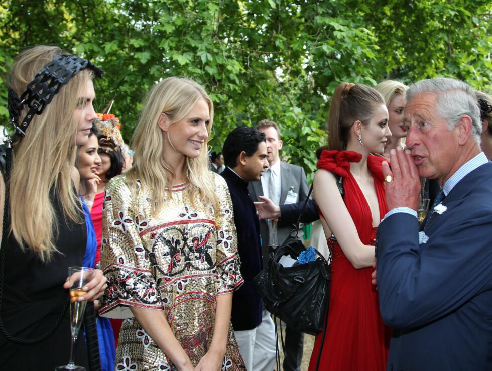 SJARMERTE DAMENE: Prins Charles gjorde tilsynelatende sitt beste for å ha en «hipp vibb» med Cara (t.v) og Poppy Delevingne på «Elephant Family»-arrangementet.  Foto: Stella Pictures