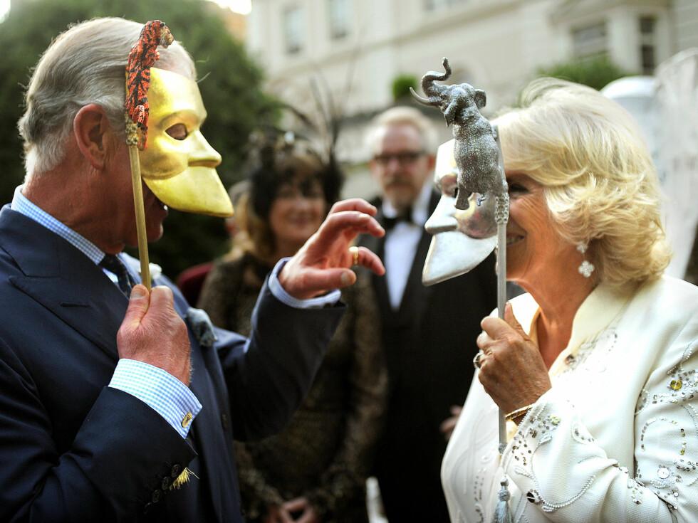 KONGELIG KOMEDIE: Prins «tiger'n» Charles tok seg også tid til å tulleangripe sin kone, hertuginne «elefanten» Camilla under tirsdagens veldedighetsarrangement.  Foto: All Over Press