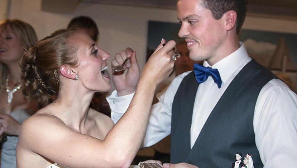 FORNØYD: Da Se og Hør snakket med brudeparet dagen etter bryllupet, kunne de avsløre at bryllupsfesten - og kaken - var meget bra.  Foto: Oddbjørn Wetteland/Wetteland foto AS