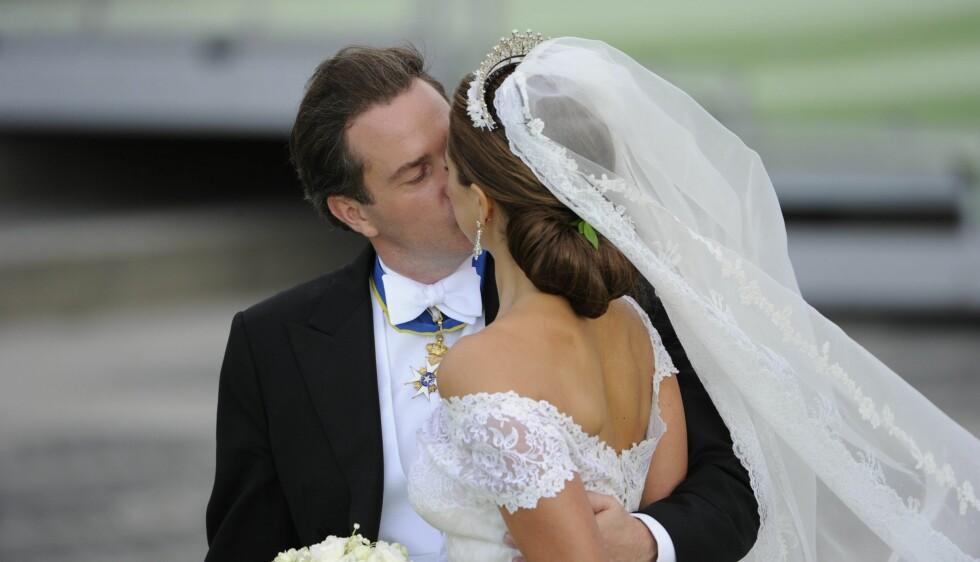 ROMANTIKK: Her kysser Chris O'Neill sin nybakte kone Madeleine. Noen timer senere snek det forelskede paret seg ut av landet, og er nå på bryllupsreise på et hemmelig sted.  Foto: NTB scanpix
