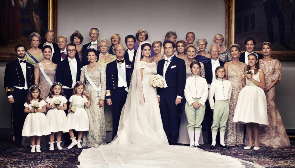 STORFAMILIEN: Brudeparet omringet av sine to familier. Bare lille Estelle manglet.  Foto: Ewa-Marie Rundqvist/Kungahuset.se