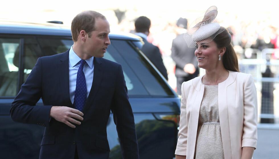 GODE MINNER: Kate og William ankommer Westminister for å feire prinsens bestemor. Sist gang Kate var her, sto hun selv brud.  Foto: All Over Press