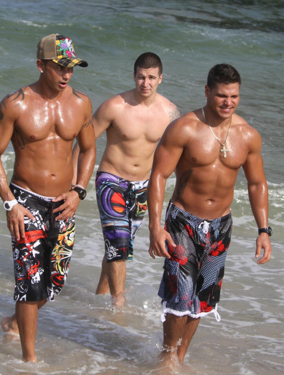 REALITYSTJERNER: Pauly D, Vinni og Ronnie fra realityserien Jersey Shore jobber med brunfargen. Foto: Stella Pictures