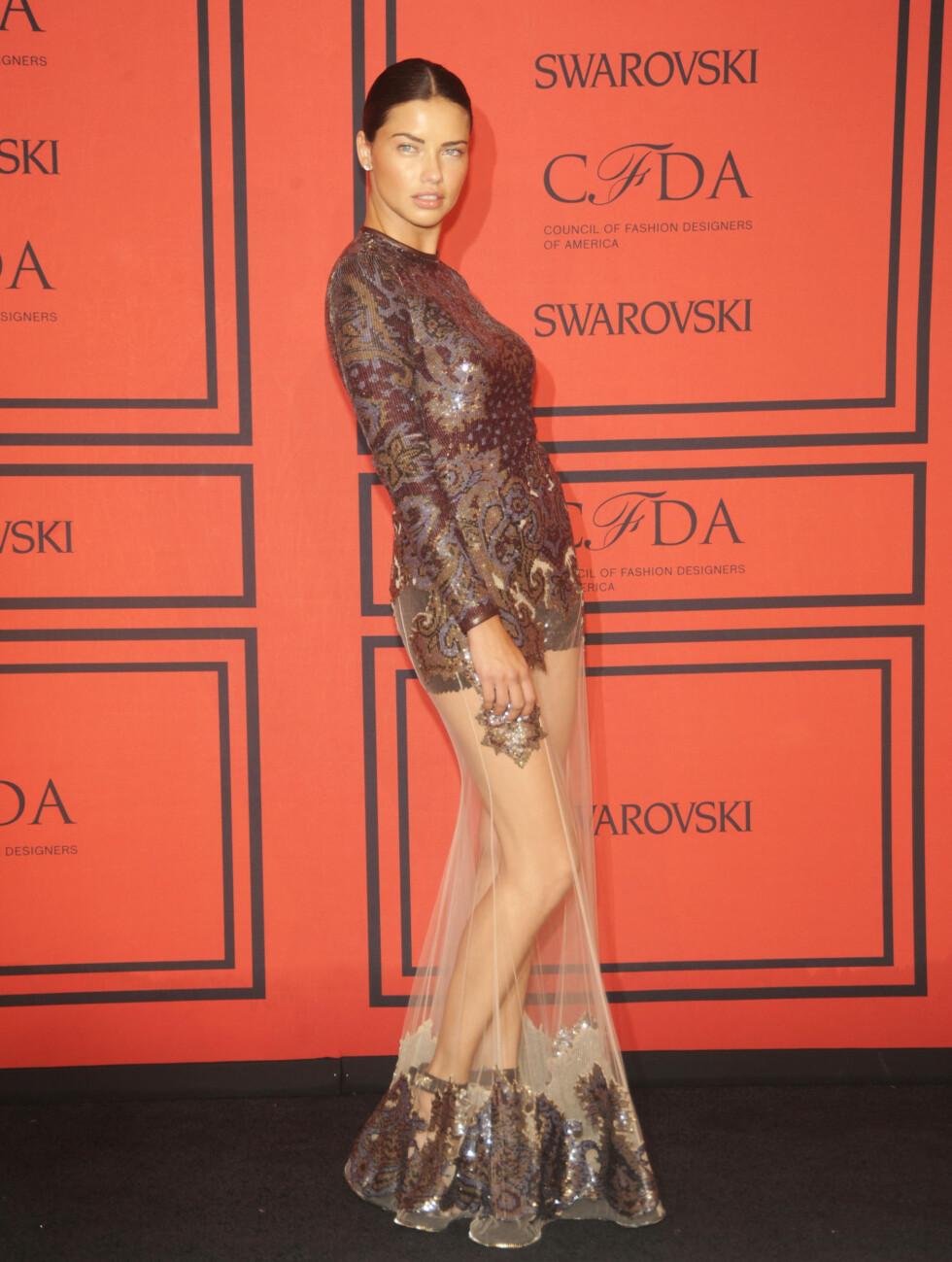 GJENNOMSIKTIG KJOLE: Adriana Lima viste beina. Foto: All Over Press