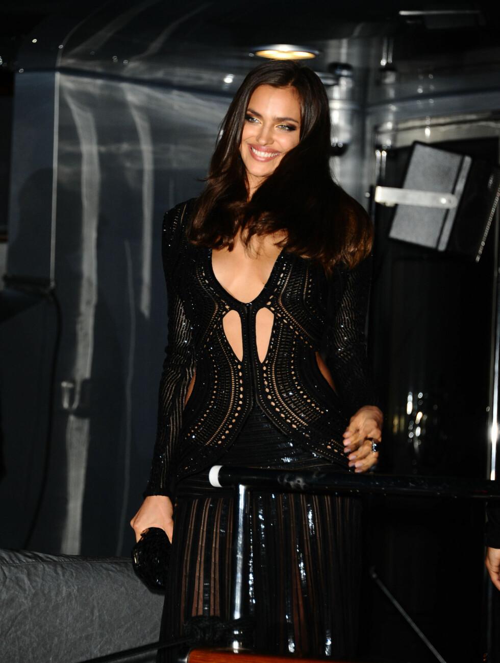 DRISTIG: Modellen Irina Shayk hadde en av kveldens dristigste kjoler.  Foto: All Over Press
