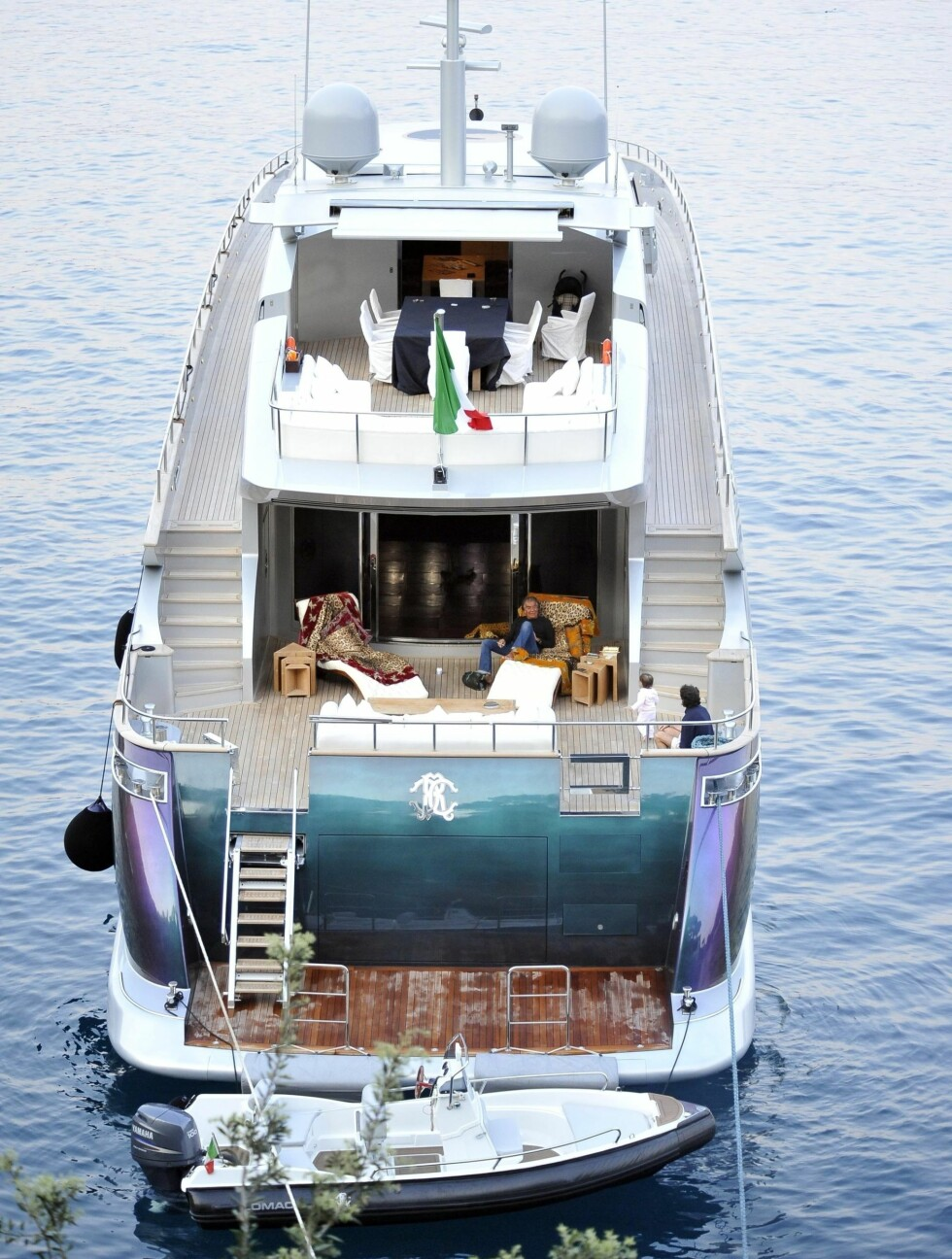 LUKSUS: Cavallis yacht er verdt over 240 millioner kroner og skifter farge i ulikt lys.  Foto: Fame Flynet