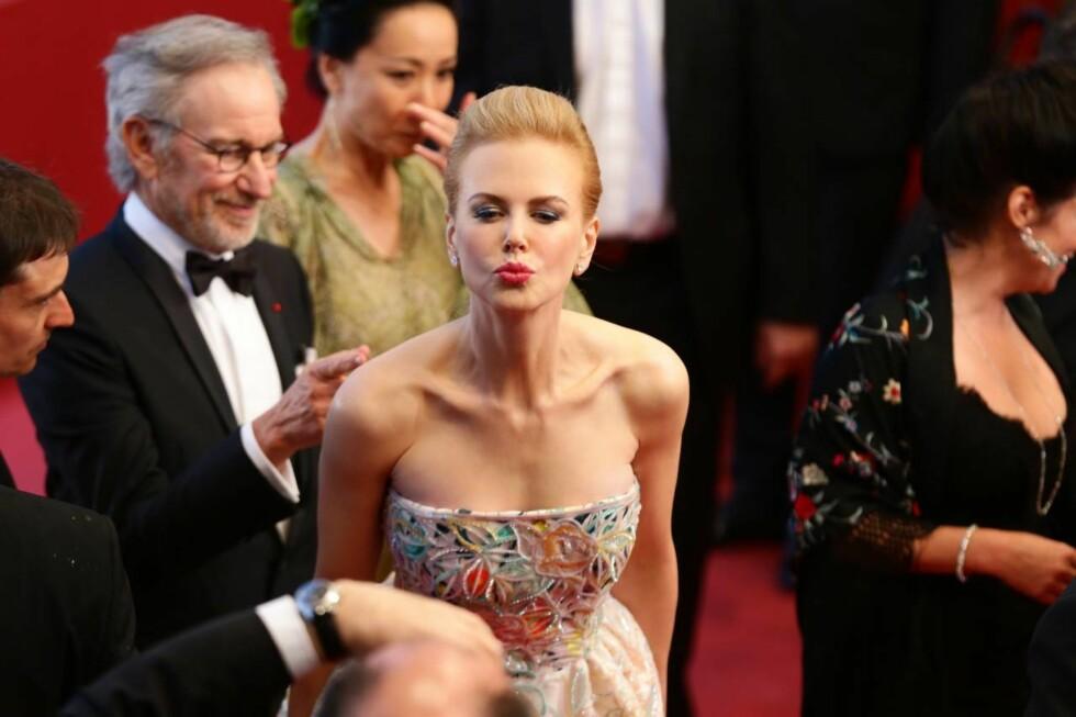 FLØRT: Nicole Kidman koste seg på rød løper. Foto: All Over Press