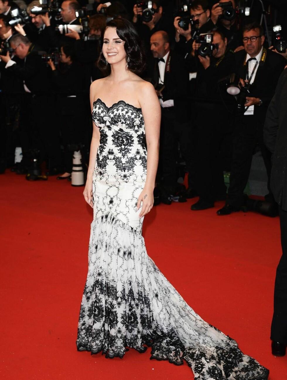 CANNES: Lana Del Rey i en sort og hvit blondekreasjon. Foto: All Over Press