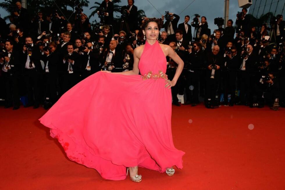 CANNES: Freida Pinto flagret med sin rosa kjole. Foto: All Over Press