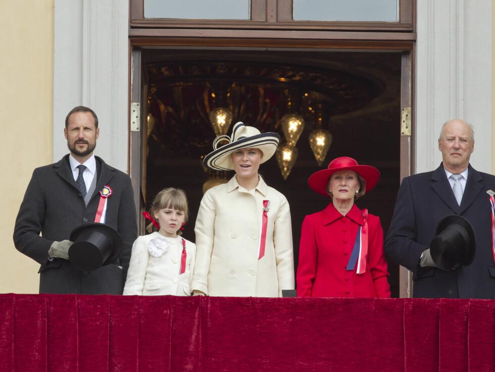 2011: For to år siden matchet prinsesse Ingrid Alexandra mamma Mette-Marit i kremhvitt. Kronprins Haakon, dronning Sonja og kong Harald var selvfølgelig også på plass.  Foto: NTB scanpix