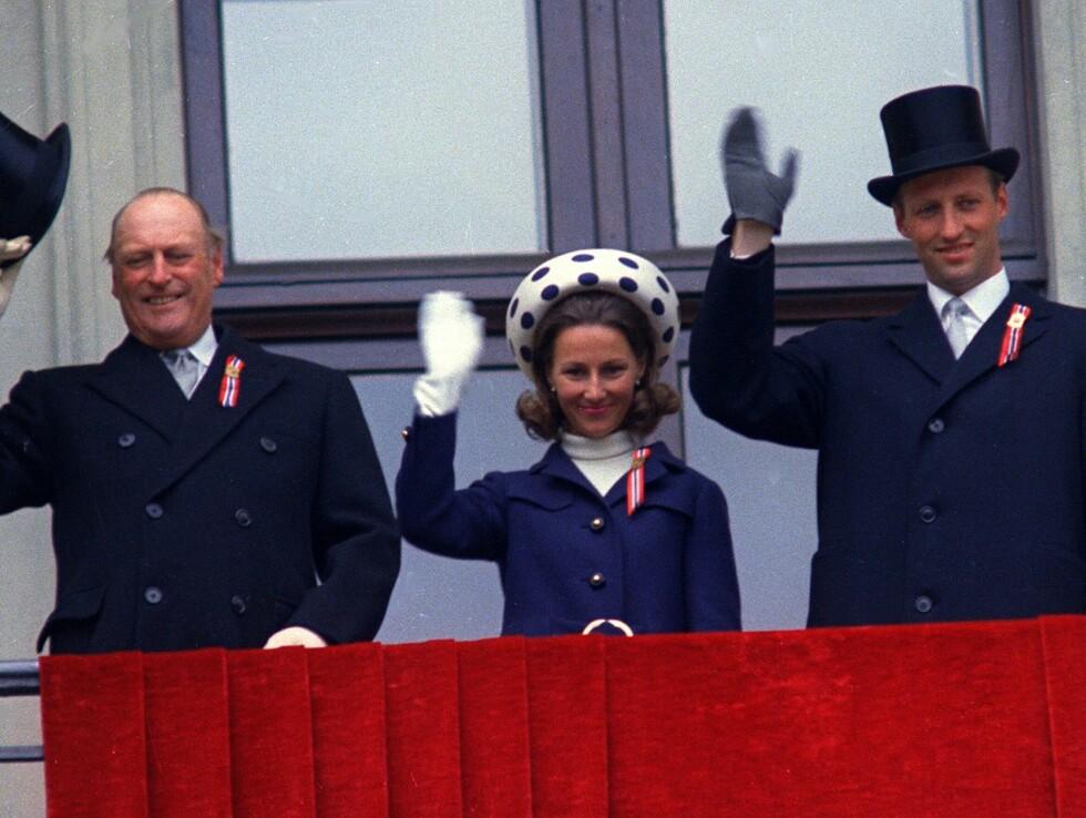 1968: Dronning Sonja debuterte på balkongen i 1968 - tre måneder før hun giftet seg med sin Harald.  Foto: NTB scanpix