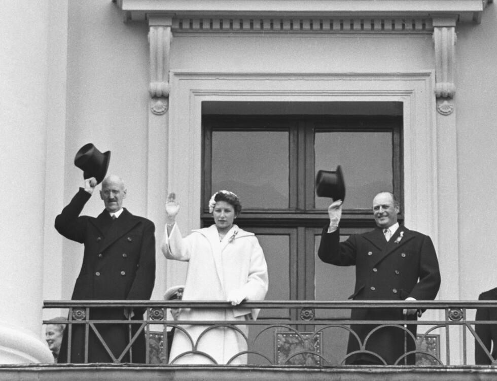 1955: Dette året var daværende prins Harald russ på Katedralskolen, mens kong Haakon, prinsesse Astrid og kronprins Olav vinket fra balkongen.  Foto: NTB scanpix