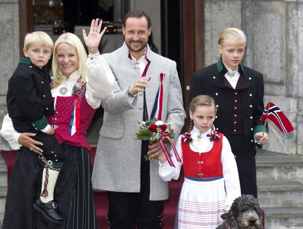 TIDLIG START: Kronprinsfamilien stiller tidlig utenfor Skaugum hver eneste 17.mai. Foto: Andreas Fadum