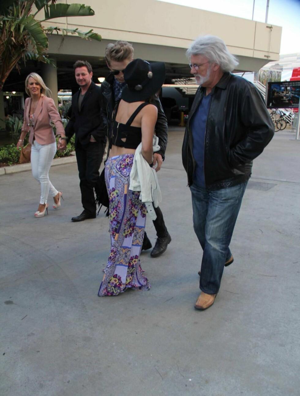 FOLKSOMT: De som gikk forbi det unge paret fikk med seg den pinlige truseglippen.. Foto: All Over Press