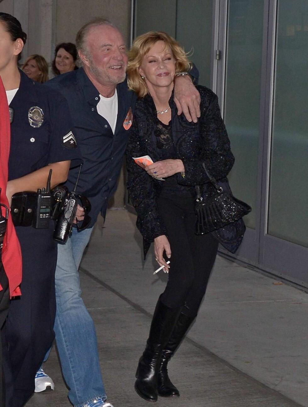 GJENSYNSGLEDE: Melanie Griffith og James Caan er gode venner, og da de to møttes utenfor konsertinngangen var gjensynsgleden stor.  Foto: All Over Press