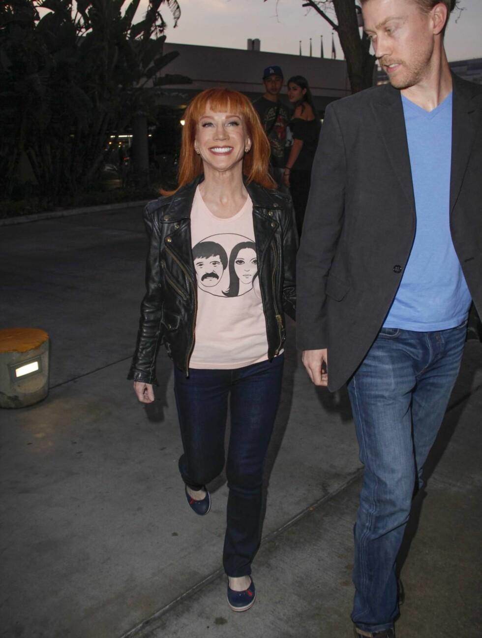 BOYTOY: Kathy Griffin (52) tok med sin 19 år yngre kjæreste Randy Bick på rockekonsert. Foto: All Over Press